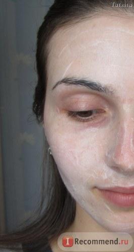 Увлажняющая мультиламеллярная маска «MA» на лице